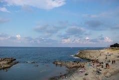 La gente che si rilassa su una spiaggia a Malta immagini stock