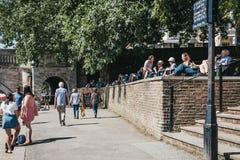 La gente che si rilassa sulla riva del Tamigi a Richmond, Londra, Regno Unito immagini stock libere da diritti