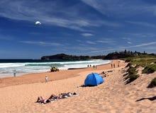 La gente che si rilassa sulla spiaggia di Mona Vale Fotografia Stock Libera da Diritti