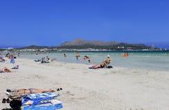 La gente che si rilassa sulla spiaggia in Maiorca Fotografie Stock Libere da Diritti