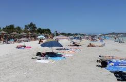 La gente che si rilassa sulla spiaggia in Maiorca Fotografia Stock