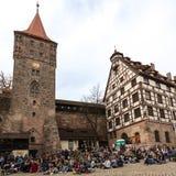 La gente che si riunisce e che si siede a Tiergartner Tor Platz nel nurembe fotografia stock