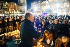 La gente che si riunisce per solidarietà con le vittime dagli assalti di Parigi Fotografia Stock