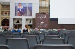 La gente che si siede ad un cinema all'aperto Fotografie Stock