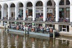 La gente che si siede al terrazzo di galleggiamento a Amburgo, Germania Fotografia Stock Libera da Diritti