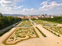 La gente che si siede e che cammina nel giardino al palazzo di belvedere a Vienna, Austria immagini stock