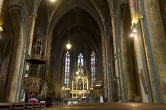 La gente che si siede nella chiesa (basilica) di St Peter e di St Paul a Vysehrad Immagine Stock