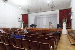 La gente che si siede nella sala da concerto Fotografia Stock Libera da Diritti