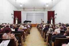 La gente che si siede nella sala da concerto Fotografie Stock