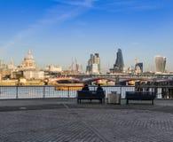 La gente che si siede su un banco, pieno d'ammirazione il panorama di Londra fotografie stock libere da diritti
