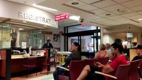 La gente che si siede in un ospedale video d archivio
