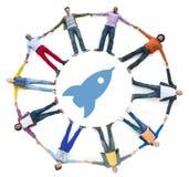 La gente che si tiene per mano con Rocket Symbol Fotografia Stock Libera da Diritti