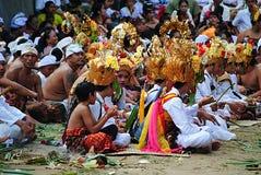 La gente che siiting per il ceremonial di religione a Bali Fotografia Stock Libera da Diritti