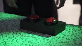 La gente che spinge i bottoni nel gioco video d archivio