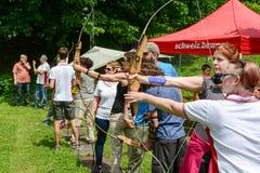 La gente che sta imparando a tiro con l'arco a Massagno sulla Svizzera Immagini Stock Libere da Diritti