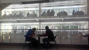 La gente che studia ad una biblioteca locale Fotografia Stock Libera da Diritti