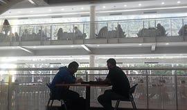La gente che studia ad una biblioteca locale Immagini Stock