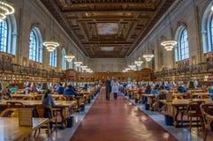 La gente che studia alla biblioteca pubblica di New York, Manhattan, nuova Fotografia Stock