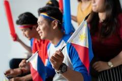 La gente che tiene la bandiera di Filippine che celebra festa dell'indipendenza fotografia stock libera da diritti