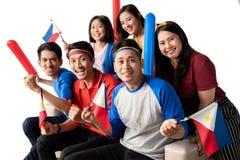 La gente che tiene la bandiera di Filippine che celebra festa dell'indipendenza immagini stock