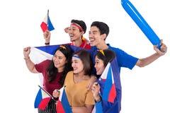 La gente che tiene la bandiera di Filippine che celebra festa dell'indipendenza immagine stock libera da diritti