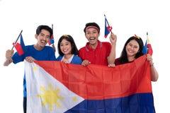 La gente che tiene la bandiera di Filippine che celebra festa dell'indipendenza fotografia stock
