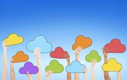 La gente che tiene i simboli variopinti della nuvola Immagine Stock Libera da Diritti