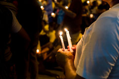La gente che tiene veglia della candela nella speranza di ricerca di oscurità, culto, p fotografie stock
