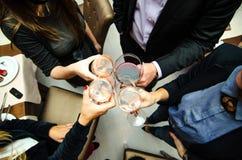 La gente che tosta con il vino Fotografia Stock Libera da Diritti
