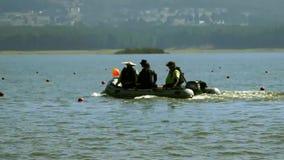 La gente che utilizza una barca in un lago stock footage