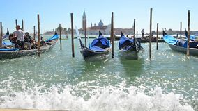 La gente che va alla gondola a Venezia archivi video