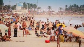 La gente che va in giro alla spiaggia di Ipanema Fotografie Stock