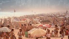 La gente che va in giro alla spiaggia di Ipanema Fotografie Stock Libere da Diritti