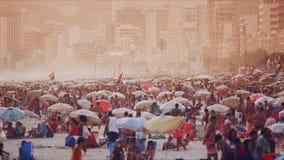 La gente che va in giro alla spiaggia di Ipanema Immagini Stock Libere da Diritti