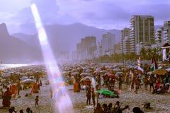 La gente che va in giro alla spiaggia di Ipanema Fotografia Stock Libera da Diritti