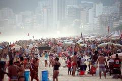 La gente che va in giro alla spiaggia di Ipanema Fotografia Stock