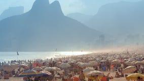 La gente che va in giro alla spiaggia di Ipanema Immagini Stock