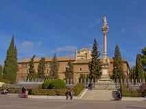 La gente che va in giro su Plaza del Trion quadra con Satue di Mary Immaculate e dell'ospedale reale di Granada, Spagna su una d  Immagine Stock