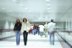 La gente che va su un corridoio Fotografie Stock