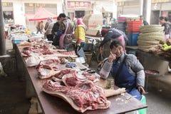 La gente che vende e che compra in un mercato locale del Da Shan Bao fotografia stock libera da diritti