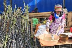 La gente che vende e che compra in un mercato tradizionale del centro di Kunming fotografia stock libera da diritti