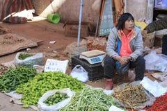 La gente che vende e che compra in un mercato tradizionale del centro di Kunming fotografia stock