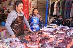 La gente che vende e che compra in un mercato tradizionale del centro di Kunming immagini stock libere da diritti