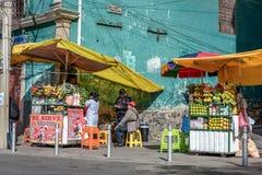 La gente che vende frutta fresca sulla via in La Paz, Bolivia fotografia stock