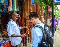La gente che vende le pietre preziose al mercato di strada in Gaya, India Immagine Stock