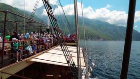 La gente che viaggia in nave vicino al monte Athos archivi video