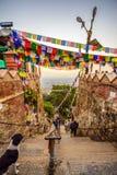La gente che viene al tempio di Swayambhunath a Kathmandu, Nepal Immagini Stock