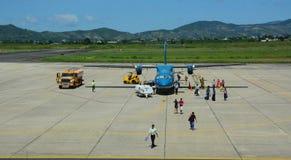 La gente che viene all'aeroplano all'aeroporto in Dalat, Vietnam Immagini Stock Libere da Diritti