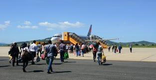 La gente che viene all'aeroplano all'aeroporto di Cat Bi a Haiphong, Vietnam Fotografia Stock
