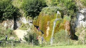 La gente che visita la cascata Dreinmuehlen Inghilterra del travertino tre mulini a Nohn nella regione Germania di Vulcan Eifel stock footage
